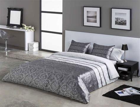 Decorar una habitación usando sábanas grises