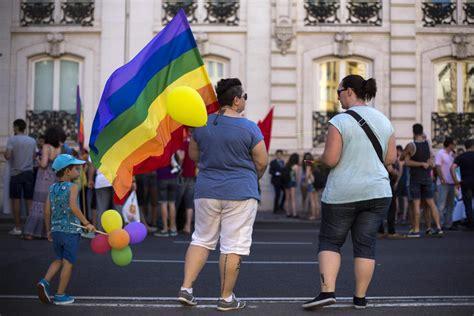 Denuncia a un bar en Madrid por expulsar a dos personas al ...
