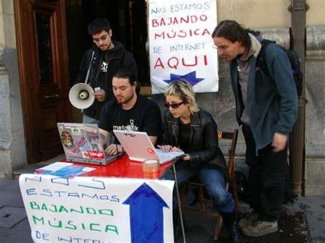 Descargan música de internet en plena calle para demostrar ...