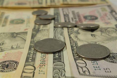 Dólar tem abertura volátil com BC do Japão e disputa pela Ptax