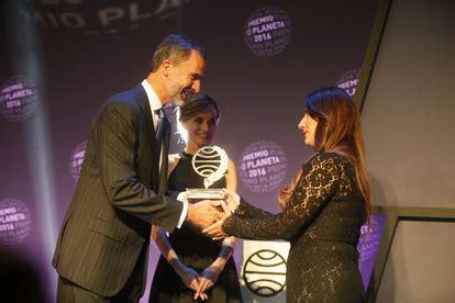 Dolores Redondo, Premio Planeta 2016, y Marcos Chicot ...