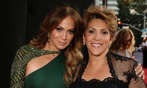 Doña Lupe, la mamá de Jennifer Lopez, canta a todo pulmón ...
