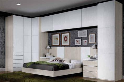 Dormitorio de matrimonio con armario de rincón angular con ...