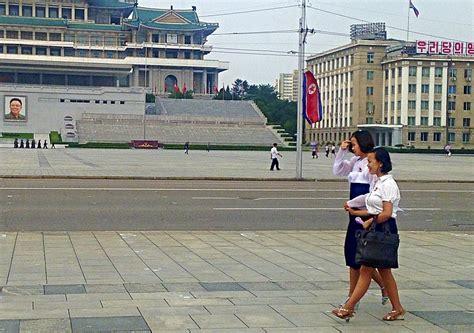 Dos muchachas de pyongyang, que llevan el obligado ...
