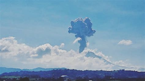 Dramatic eruption of Popocatepetl volcano sends column of ...