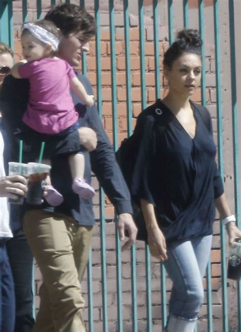EGO   Mila Kunis vai visitar o marido Ashton Kutcher com a ...