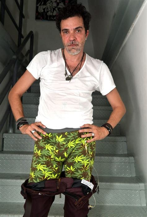 EGO   Paulinho Moska posa com cueca com estampa de maconha ...