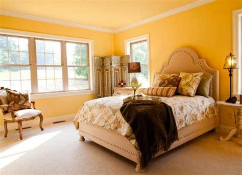 El alegre color amarillo en la pintura de interiores ...