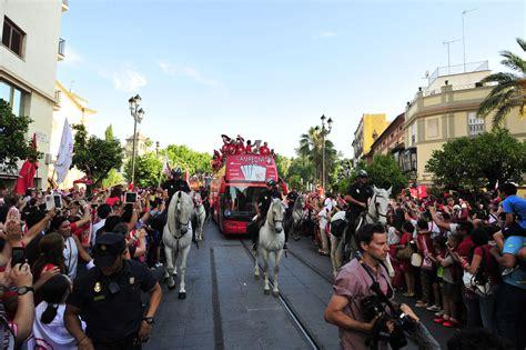 El autobús del sevilla se abre paso por la... | Andalucia ...