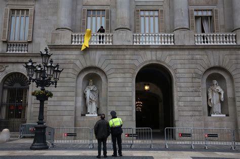 El Ayuntamiento de Barcelona cuelga el lazo amarillo en su ...