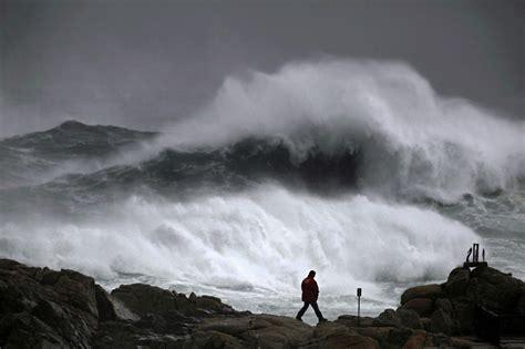 El fuerte oleaje activa la alerta roja en Galicia por ...
