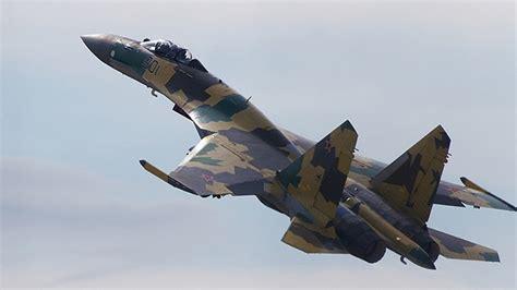 El moderno caza ruso Su-35 es capaz de detenerse en el ...