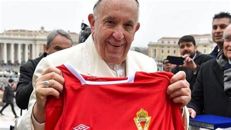 El Papa recibe la camiseta del Real Murcia