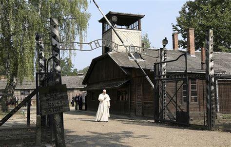 El silencioso recorrido del Papa por los barracones de ...