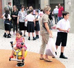 El uniforme escolar impide a las niñas vestir pantalón