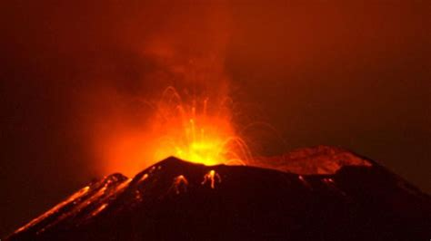 El volcán Popocatépetl en México entra en erupción y ...