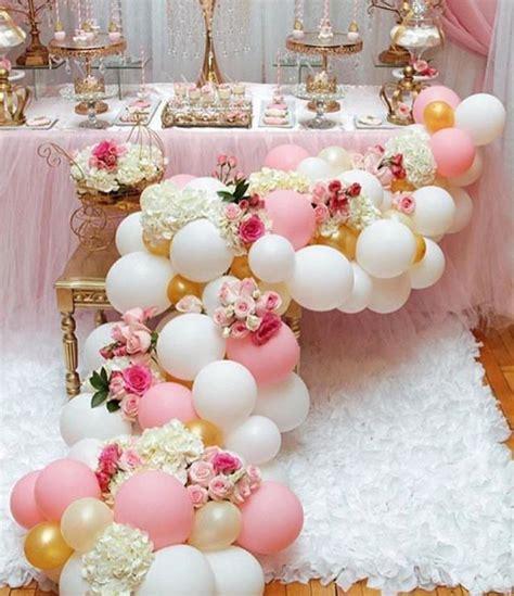 Elegantes arreglos con globos y flores