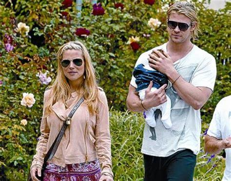 Elsa Pataky pasea con su marido y su hija