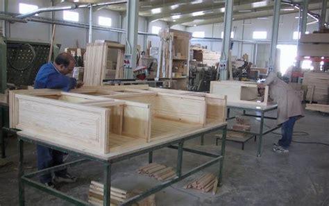 Empleados en una fábrica de muebles de Lucena - ABC.es