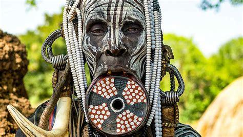 En una tribu Africana las mujeres desfiguran sus rostros ...