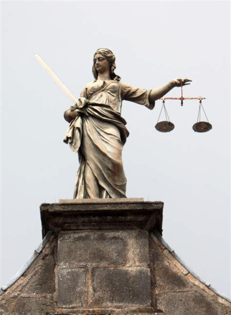 Escultura que representa a la Justicia, entrada al ...