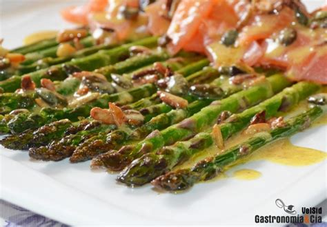 Espárragos verdes con salmón ahumado y aderezo de mostaza ...
