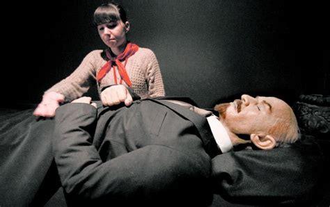 Estos famosos no están muertos del todo: están embalsamados