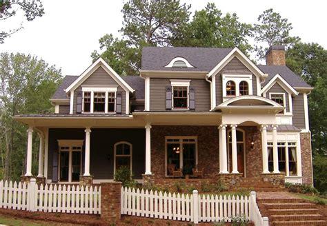 Fachada de casa americana de madera y ladrillos vistos