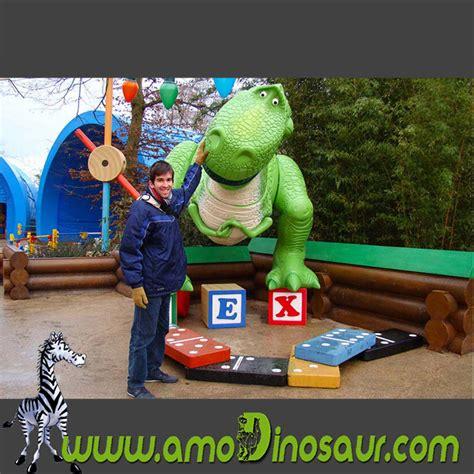 Famoso dinosaurio T-Rex de dibujo animado para al aire libre