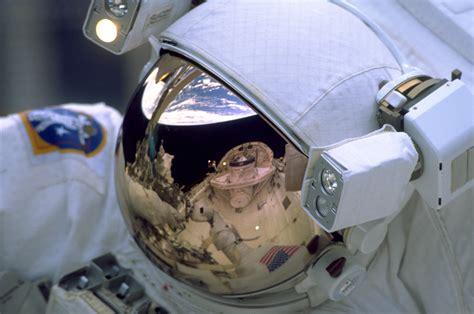 File:STS 103 Reflection on astronaut s visor.jpg ...