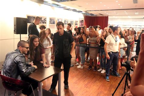 Firma de discos de Maluma - La Opinión de Málaga