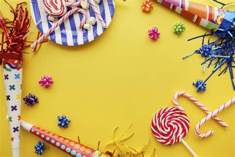 Fondo de cumpleaños con artículos decorativos geniales ...