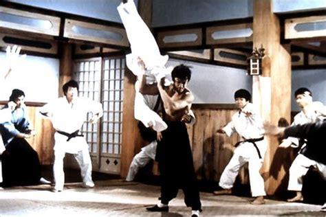 Foto de Bruce Lee en la película Karate a muerte en ...