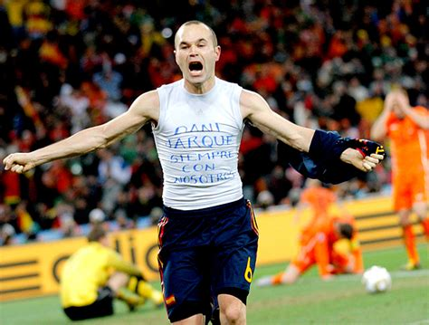 FOTO: Iniesta homenageia Jarque na comemoração do gol do ...