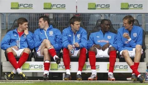 Foto   los jugadores ingleses se sientan en el banquillo ...
