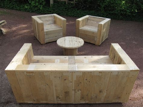 Garden furniture set built with pallets and a wooden ...