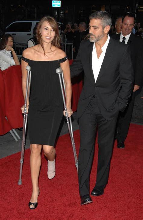 George Clooney y Sarah Larson, con muletas y de estreno ...