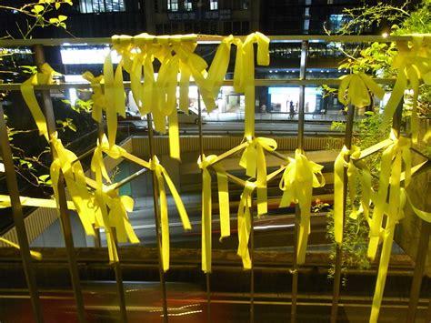 Guerra de denuncias por colgar carteles y lazos amarillos ...
