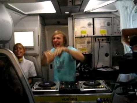 Guetta DJ set in a Vueling to Ibiza: party in a plane ...