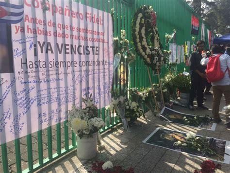 """Hasta siempre Fidel!"""", corean afuera de la embajada de ..."""