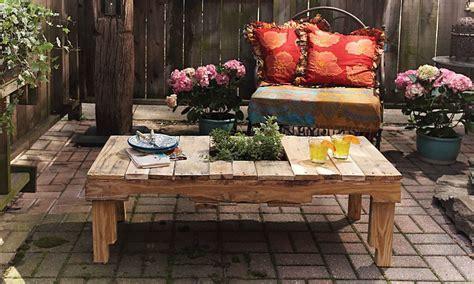 Haz una mesa de jardín con un palet viejo
