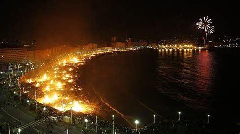 Hogueras en las playas de Riazor y Orzán, anoche   ABC.es