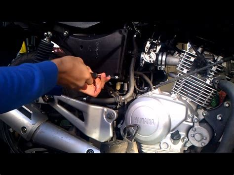 How to change the air filter on a Yamaha Ybr 125 - YouTube
