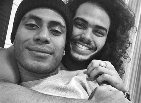 Ícaro Silva posa com Enzo Romani e ironiza 'possível' namoro