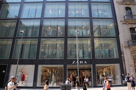 Inditex pone a la venta 16 tiendas del grupo en España y ...