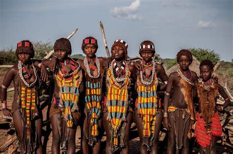 Insólitas tradiciones de las tribus   Watch & Think