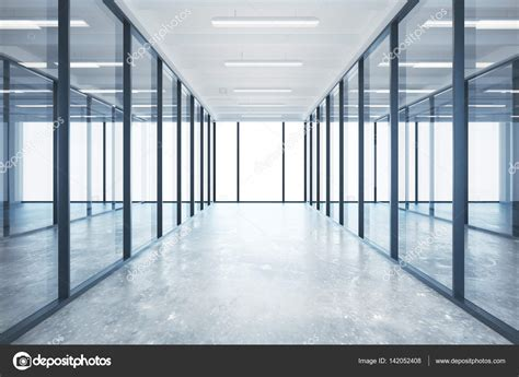 Interior de oficina de cristal moderna con piso de ...