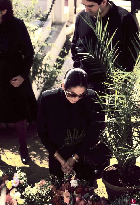 Isabel Pantoja rezando en la tumba de Paquirri el día de ...