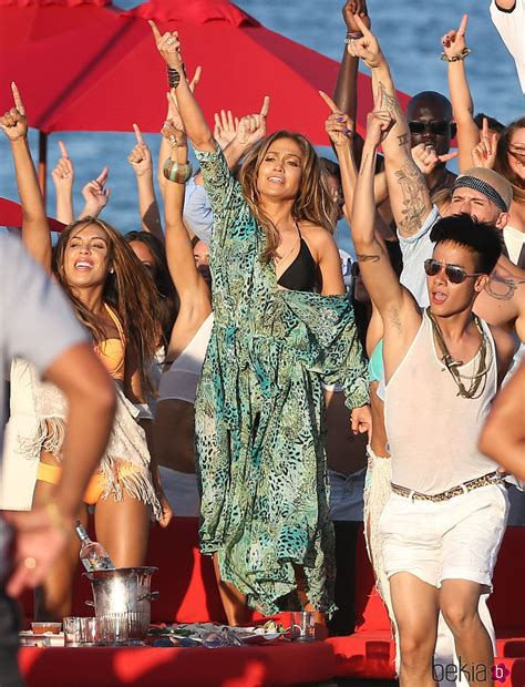 Jennifer Lopez bailando en el videoclip de  Live It Up  en ...