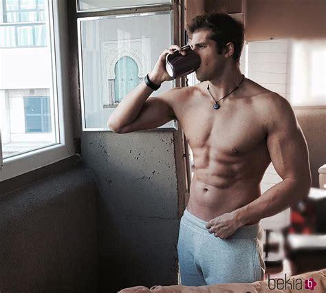 Julián Contreras Jr presumiendo de torso musculado sin ...